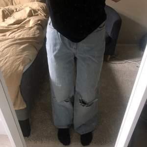 Ett par fina jeans med hål från asos. Säljer pga att det inte passade storleksmässigt. Skulle nog säga att de passar folk som har storlek 36. Men superfina och coola.