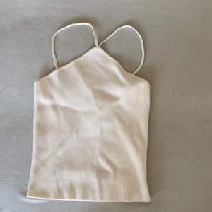 Populärt linne från zara. Säljer då jag inte tycker de passade mig. Helt ny och lappen finns kvar. Köparen står för frakten⚡️