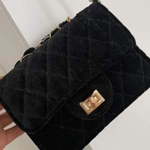 Säljer min lilla handväska pris o frågor går o diskutera
