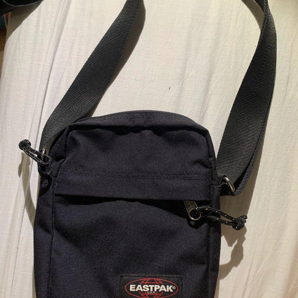 svart eastpak väska, användes ej . Väskor.