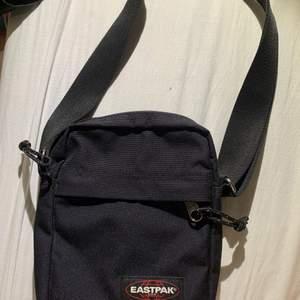 svart eastpak väska, användes ej