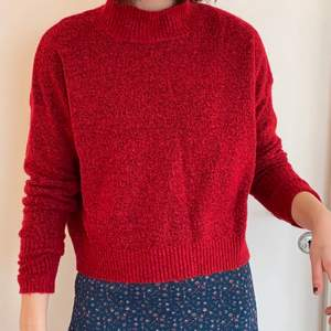 Vinröd stickad tröja, skön till sommarkvällar eller svala vårdagar☀️🌸 stretchig i modellen så skulle säga att den passar både S och M, kanske L. Bra skick🤝🔥
