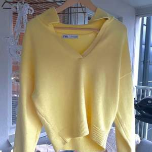 Stickad tröja från Zara! Använd fåtal gånger så i väldigt fint skick. Skönt material. Fin pastellgul färg som passar till allt! Buda i kommentarerna eller privat. Fraktar endast! (Fraktkostnad tillkommer på 50kr)