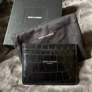 Tänkte göra en intressekoll på min korthållare från Yves Saint Laurent i super fint skick. Nypriset är 2295kr! Hör av er vid frågor.