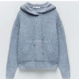 Blå slutsåld stickad hoodie från zara mycket sparsamt använd. Storlek s. Lånade bilder men kan ta egna om nån vill det💕bud 460kr köp direkt för 500kr
