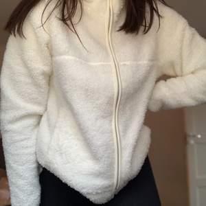 En super skön och söt fleece tröja ifrån lager 157 som är hur mysig som helst! Den är aldrig använd förutom nu när bilderna togs💓