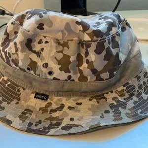 En buckethat från Wesc, går att vända utochin för en annan färg, aldrig använd nypris 500kr