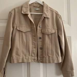 Super snygg jeans jacka i beige ifrån Gina tricot är lite oversized i modellen. Är i storlek M och passar mig som har S i vanliga fall. Är som ny då den knappt är använd.