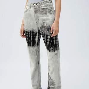 Säljer dessa ascoola och slutsålda raka jeans ifrån weekday i storlek 27/32!! , buda ifrån 200 💗💗💗