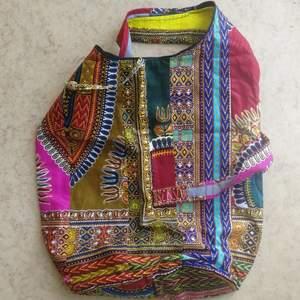 En riktigt redig hippie-väska 😆 funkar som ganska stor handväska, axelremmen kan knytas i olika längder och den har innerficka. Helt ny, aldrig använd.