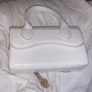 Vit supersöt handväska med löstagbar kedja💞 Nyskick! Använd 1 gång ❤️✨ 50kr + frakt:) pris kan diskuteras