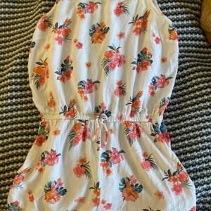 En jätte bekväm blommig jumpsuit för 25kr och en frakt på 24kr! Jumpsuiten har storleken XS och säljer den pga att den aldrig går till användning :)