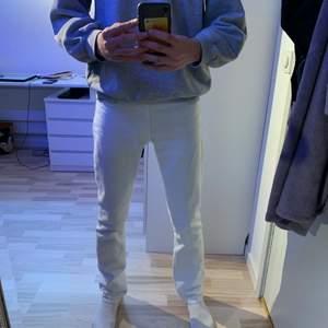 Vita jeans från Acne Studios i modellen Roc Optic. Byxorna är i bra skick och har inte använt mycket! (Köpte dem för 1200kr och de kan inte köpas i butik längre) Säljes pågrund av att jag inte använder dem längre.