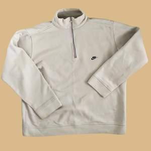 Vintage Nike Half zip sweatshirt som har varit noggrannt handplockad. Den är i storlek medium men passar större, skriv för mått. Den är i beige/creme färg och är väldigt rare. Den är i vintage skick och har inga defekter.