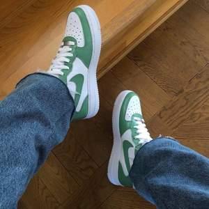 Gröna Nike air force 1 Mid i storlek 39. Går att köpa på instagram, StainsCustoms. 😊😊