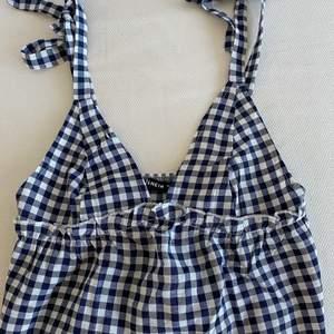 Jätte fint linne från Shein, passar både XS och S (banden knyter man själv). Säljer för 90kr + frakt (66kr), BUD PÅ 215 inkl frakt 💕💕