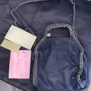 Mörkblå/marinblå mini falabella!!! Finaste väskan från Stella McCartney i toppskick💙💙💙 kvitto finns!!!