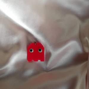 Supercoolt pac-man spöke i hänge, exempelvis till ett halsband! Spöket har googly eyes och är av plast :)