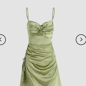 Jättefin grön klänning som jag köpte från shopcider.com, jag säljer klänningen på grund av att jag inte gillade passformen på mig och för att det inte går att returnera till cider. Annars är klänningen helt oandvänd, bra material och jättefin! Klänningen har justerbara band och har också en justerbar slits. Köpare står för frakt.