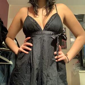 Supersöt klänning från miss sixty, jätteskönt material och i perfekt längd på mig som är 167cm💟