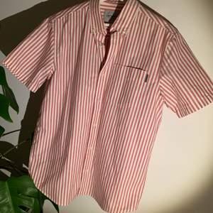 Carhartt skjorta i rött/vitt. Fått i present men knappt använd så i nyskick. Storlek S