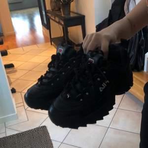Svarta fila skor, passar inte längre