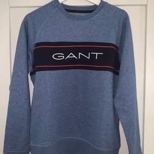 Snygg o fräsch sweatshirt ifrån Gant. Passar både till vardag och till finare tillfällen då den är väldigt bekväm. Storleken är för ca: 176 cm lång person så ungefär storlek M. Helt oanvänd så kommer alltså i nyskick. Nypris: 599kr, säljs för 200kr. Strl M ifrån Gant🖤