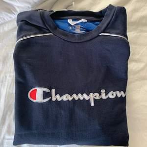 Snygg mörkblå/grå champion tröja! Storleken är L, men passar bra på mig ( jag är xs/s ) som en liten oversized tröja! Säljer den för 180kr, köparen står för frakten💖 hör av er vid frågor