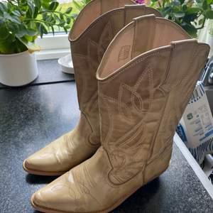 Säljer nu mina älskade cowboy boots eftersom jag använder dem för lite! Skriv privat om du är intresserad! Om många är intresserade blir det budgivning