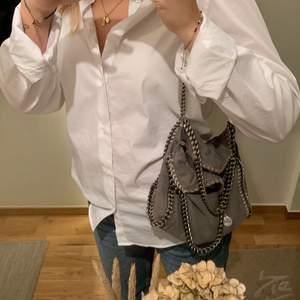 Säljer min fina gråa stella väska i modellen falabella mini tote. Den är använd med inga tydliga slitningar.
