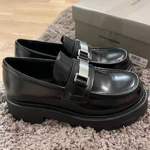 Säljer dessa så snygga skor, tyvärr passade dem inte riktigt mig tycker jag! Så dem är aldrig använda, endast testade såklart! Är storlek 37 men passar en 37,5/38 med skulle jag tro🌷