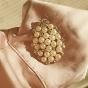 🧚🏻♀️FÖRST TILL KVARN!🧚🏻♀️ En vacker & elegant vintage brosch med pärlor och kristaller. En älskvärd statement som nu går vidare. Vill bli av med ASAP! Pris:60+frakt💙🌸