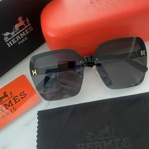 Hermes inspirerade solglasögon, i en väldig chic modell. Allt på bilden ingår! Skriv för fler bilder😄