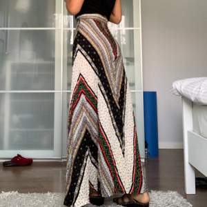 Ett lång bohemisk kjol som går ända ner till fötterna. Den är väldigt vacker och har fina mönstertryck. Sitter väldigt bra runt midjan. #bohemiskt #boho #bohemisk #bohemian #humana #retro #vintage #kjol #långkjol #mönster #trend #populär #summer #sommar #blommor