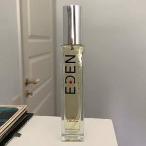 Säljer en vegansk dupe av Tom Fords parfym Black Orchid, gjord av märket Eden Perfumes. På hemsidan beskrivs parfymen som en vegansk och cruelty free motsvarighet till Black Orchid och ska lukta identiskt. Parfymen är helt oanvänd och är i 50ml. Kostade ursprungligen £24 + frakt.