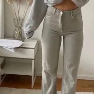 💙Lägger upp igen pga oseriös köpare💙Gråa zara jeans i modellen 90s full length raka/straight leg💖❤️de är ljus gråa🥰 säljer pga är för korta för mig som har innerbensmått på 80cm☺️innerbensmåttet på jeansen är 70cm då 💙jag klippt de men råkade alltså klippa för långt💖Lånade bilder kom privat för egna💙OM DU VINNER BUDGIVNINGEN MÅSTE DU KÖPA!💙