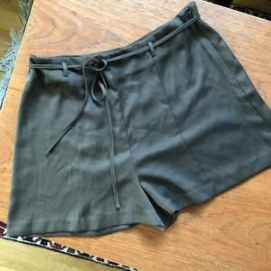 Grön/gråa shorts i sidenmaterial med snöre i midjan! Shortsen är från forever21 i storlek L, men jag skulle mer säga att de är i M!💚