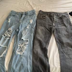 För mig som är en S/34-36 en båda plaggen lite för stora, där för antar jag att byxorna passar bättre på en M/38-40. Ps: hålen på de blåa jeansen är lite slitna och trådarna har gått av lite så ni är medvetna om det💞💞💞och de gråa jeansen är det lite herr modell på men har ändå använt dem som tjej <3 PS igen: båda för 100 kr eller ett par för 75kr♥️♥️♥️