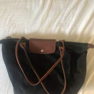Säljer min longchamp väska. Så snygg väska men den kommer inte till användning längre. Köpt i longchamp butik i Frankrike. Köpare står för frakt 🖤🖤🖤