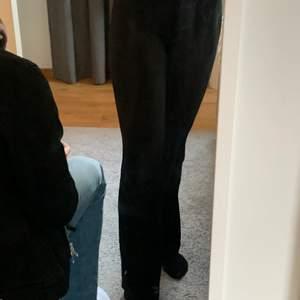 Mjukisbyxa i svart köpt från Gina, långa o benen. Inga fläckar utan i mycket bra skik