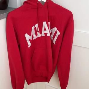 Röd snygg vintage champion hoodie som aldrig kommer till användning för mig😊 storlek S.