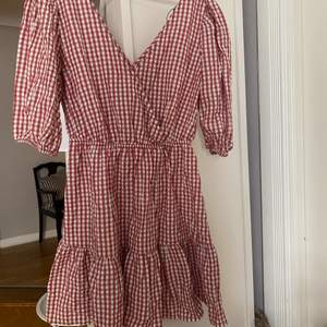 Rutig klänning ifrån Mango. Slutsåld i de flesta storlekar. Nypris 399kr. Köpt för ungefär en månad sedan. Använd fåtal gånger.🤎