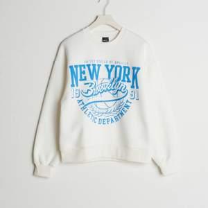 En jätte fin slutsåld tröja från Gina tricot. Den är använd fåtal gånger men är i jätte bra skick. Passar till allt och är så himla mjuk och gosig !