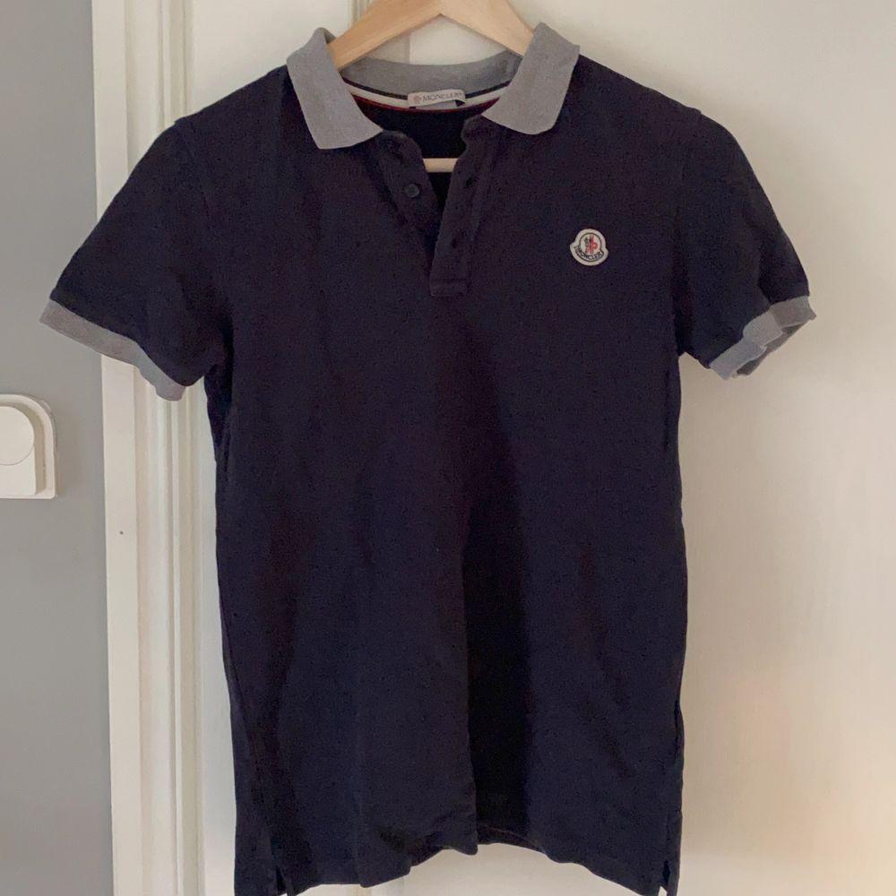 Jag säljer min moncler piqé tröja. Tröjan är i barnstorlek men passar xs eller en liten s. Har kassen och kanske kan lirka fram kvittot. Buda, startbud 300.. T-shirts.