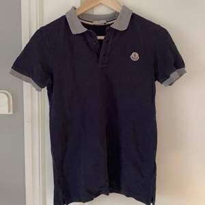 Jag säljer min moncler piqé tröja. Tröjan är i barnstorlek men passar xs eller en liten s. Har kassen och kanske kan lirka fram kvittot. Buda, startbud 300.