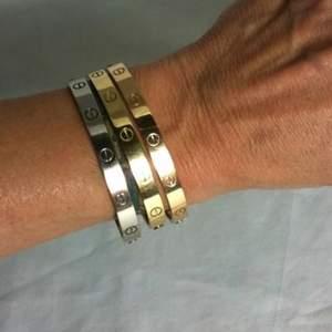 Hej! Säljer Cartier armband i tre olika färger. De är helt nya och oanvända! 200kr styck🌸🛍 De är inte äkta! Spegelkopior/AA kopia
