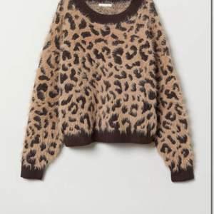 En stickad leopard tröja i bra skikt från hm.