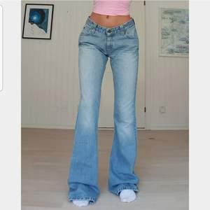 Lågmidjade jeans från Lee i nice modell å perfekta färgen💫 Vintage men nyskick! Långa, innerben ca 89 cm men går självklart att klippa till önskad längd, jag är 1.67! W29 men känns mer som w27/28 - sitter snyggt lite oversized på mig som är eu34/36. 💖BUD: 580 kr💖buda minst 10 kr högre, för att budet ska vara giltigt måste man kontakta mig privat också💖  3 för 2 på min sida !!