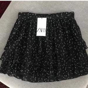 Svart prickig kjol från zara i storlek S