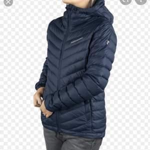 Säljer min peak performance jacka då den har blivit liten-kort för mig. Inga skador på jackan, färgen är mörkblå